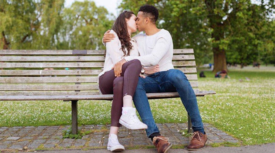 разхождане в парка и целувки